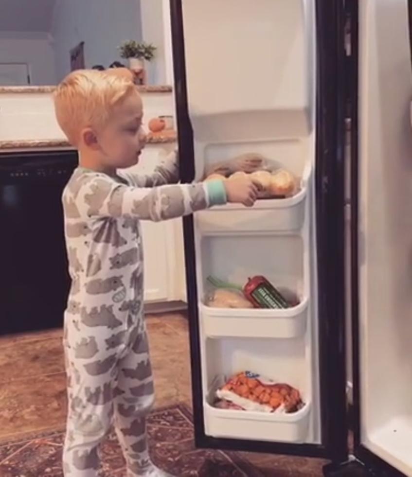 Мама решила подшутить над сыном и сказала, что съела все его конфеты. Теперь она гордится сыном еще больше