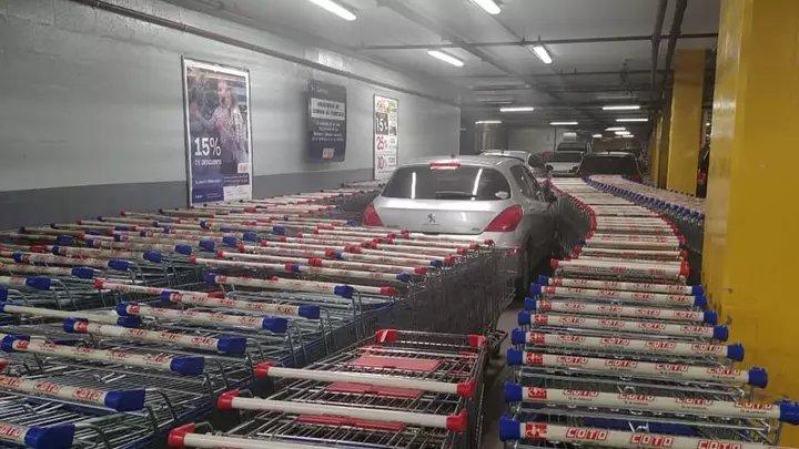 СтопХам  отдыхает: сотрудники магазина проучили автолюбителя, припарковавшего Peugeot в неположенном месте