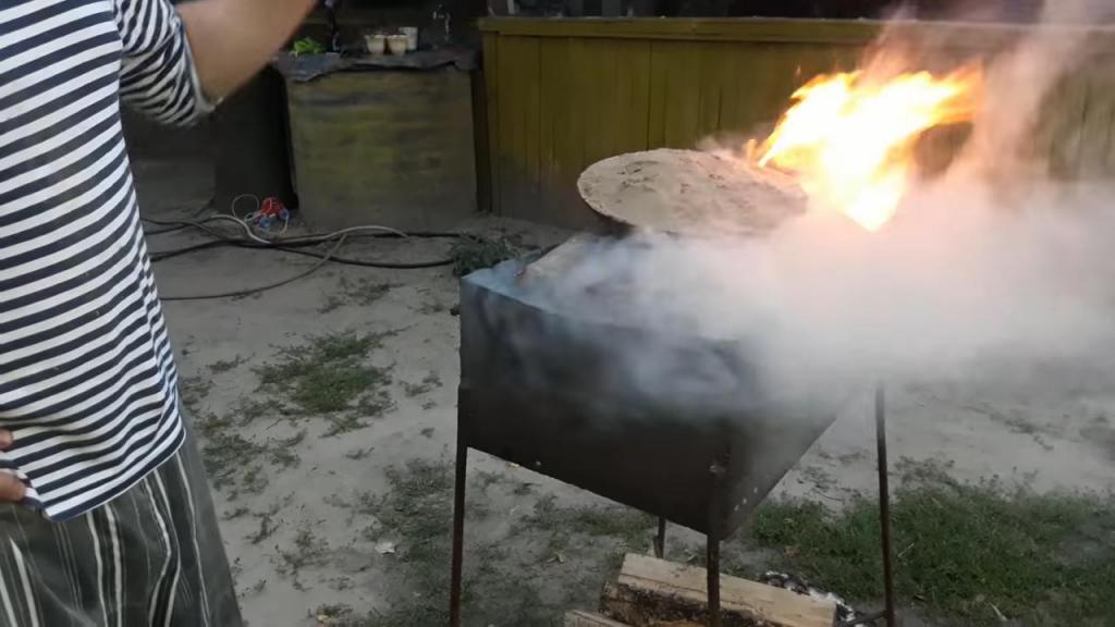 Выжигала сковороду с нагаром в печке на даче и, конечно же, испортила. Сосед рассказал, как делать это правильно
