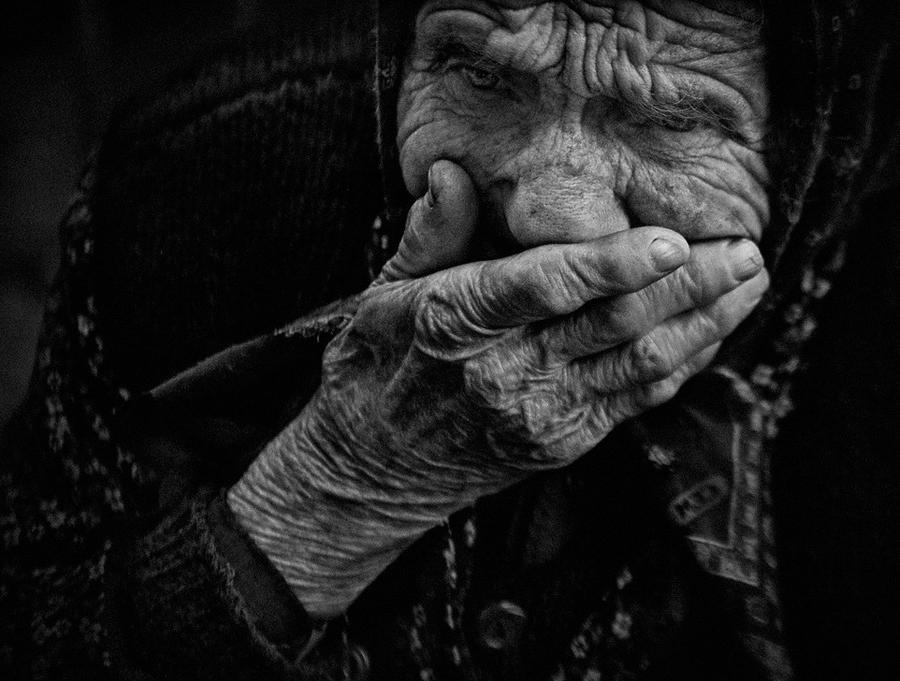 Увидела заплаканную бабушку, выходящую из продуктового магазина. Решила вмешаться
