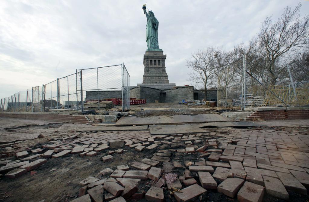 Фотографии достопримечательностей до и после воздействия стихии. Это коснулось даже Статуи Свободы