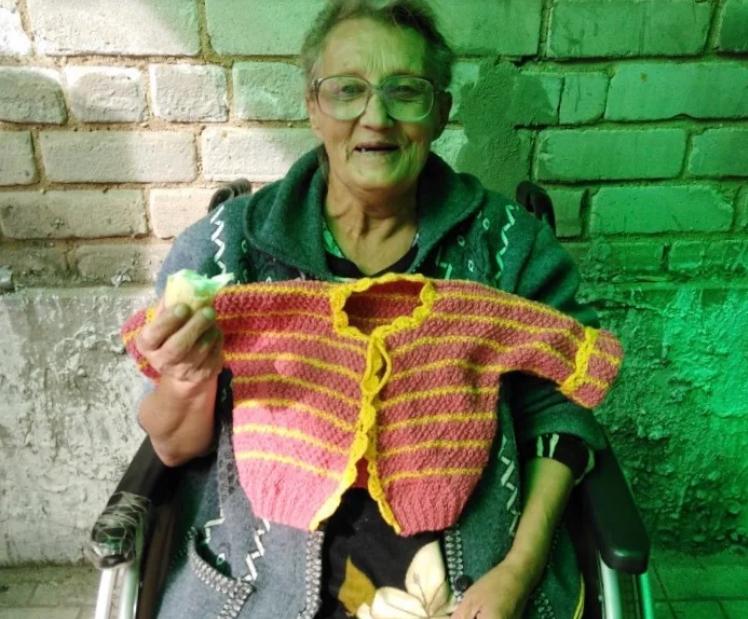 Она вяжет подарки дочери и своей матери, которые навещают ее в доме престарелых