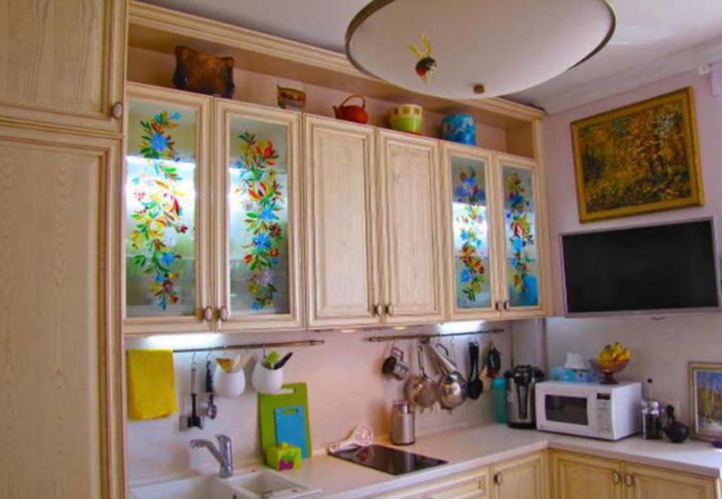Соседка сделала цветные витражи из стекла для кухонных шкафов. Так красиво, глаз не отвести