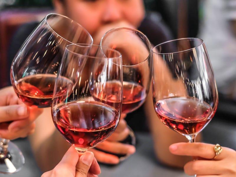 Красное вино приносит пользу? Какие популярные утверждения о напитках оказались мифами
