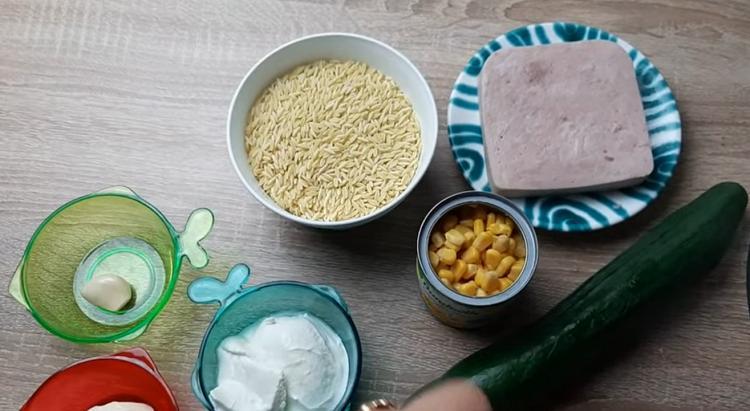 Ни один праздник в моей семье не обходится без салата из ветчины и риса: рецепт сытного блюда