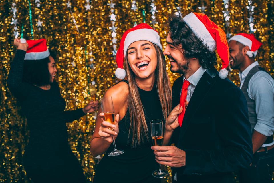 Согласно исследованию, 60 % мужчин и 53 % женщин изменяют своим супругам на новогодних корпоративах