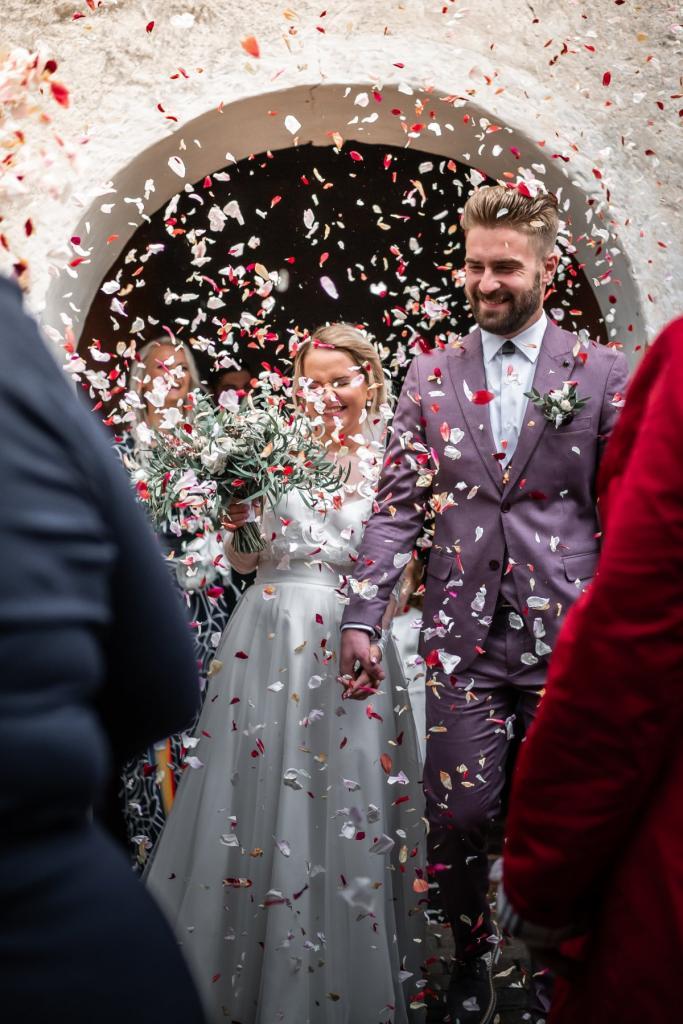 Не усложнять работу фотографу и не одеваться лучше молодоженов: мама рассказала несколько золотых правил похода на свадьбу