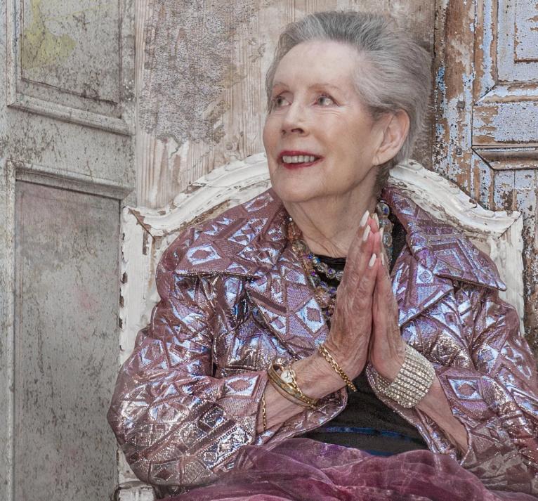Известный фотограф узнал бывшую модель YSL в 85-летней Лесли МакЛеннан в доме престарелых