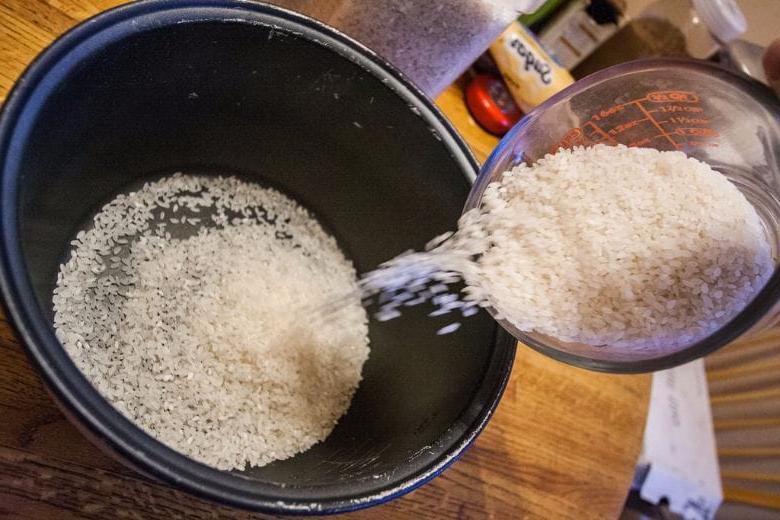 Мама ставит в шкаф чашку с рисом. Я рассказала подругам, зачем — теперь они делают так же