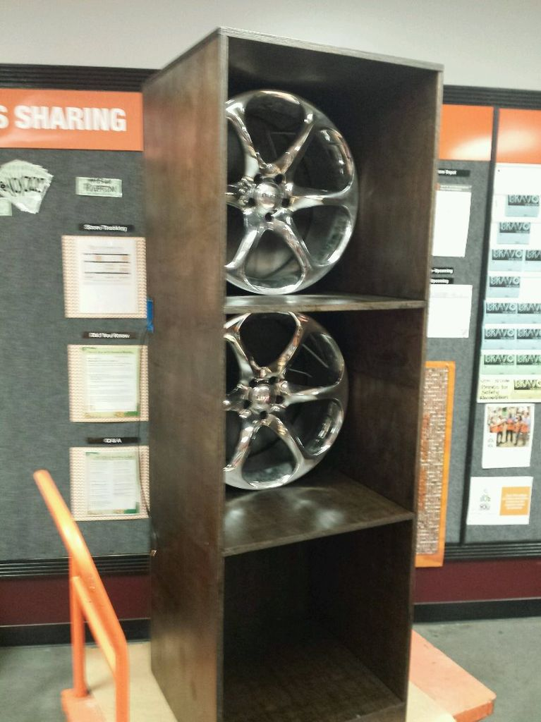 Автомобильные диски, стеллаж и подсветка: объединив все это, можно сделать отличную книжную полку