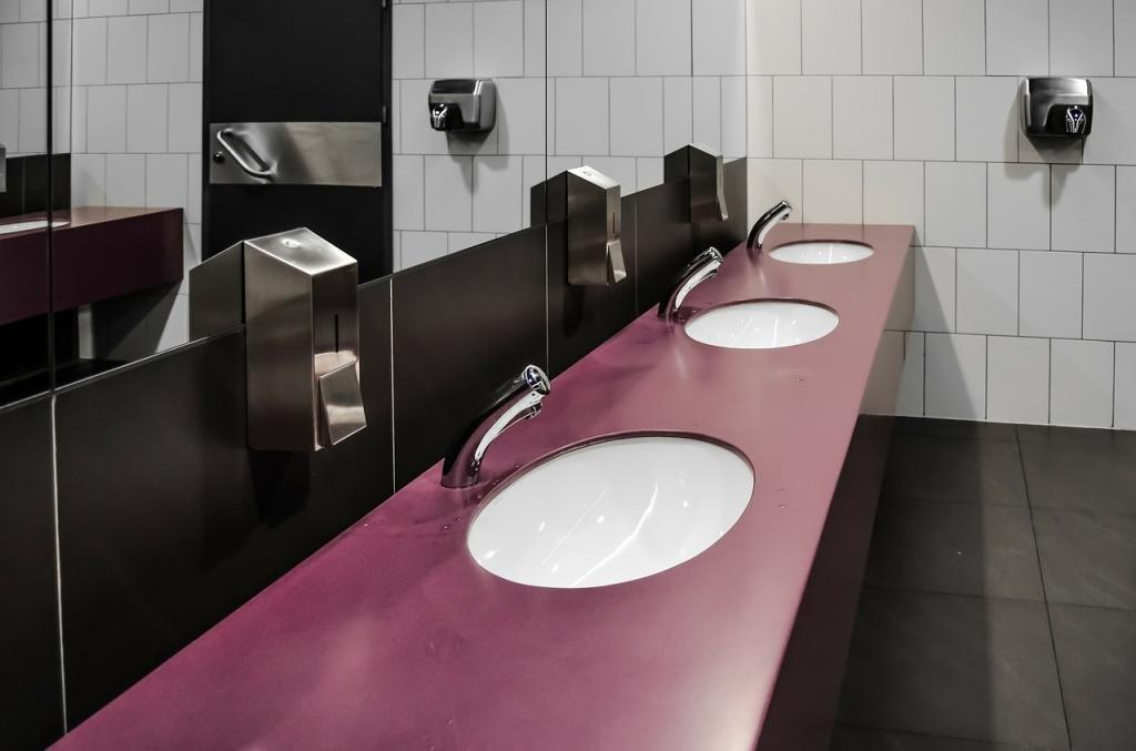 В общественном туалете увидела шуруп, ввинченный за унитазом. Присмотревшись, заметила в крестовине камеру и вызвала полицию