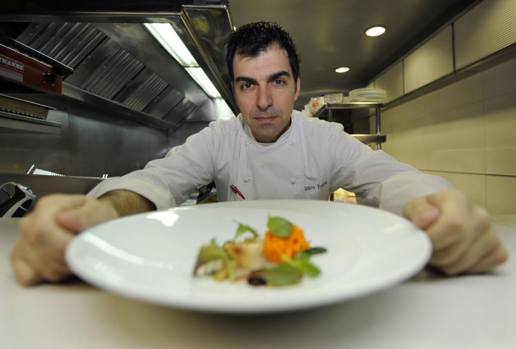 Белые тарелки и никакого чеснока: испанский шеф-повар рассказал про идеальный званый ужин