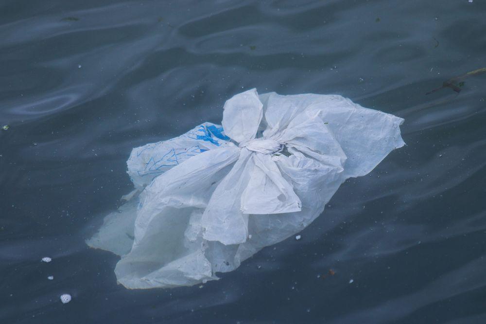 Пожилые люди нашли способ использовать старые пластиковые пакеты: они вяжут из них коврики и раздают людям
