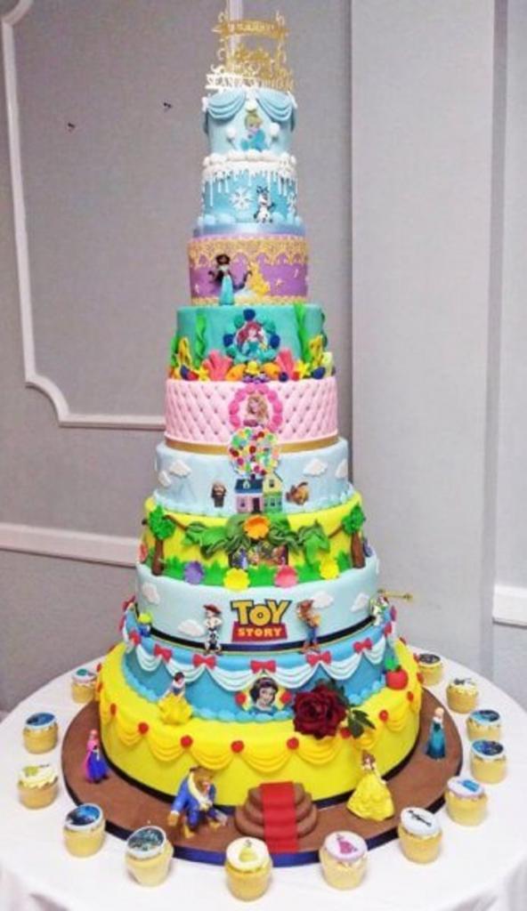 Пара заказала на свадьбу торт, который стал бы прекрасным украшением детского праздника: пекари работали над ним 22 часа