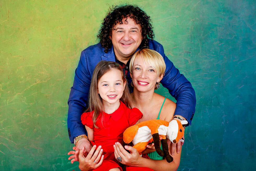 Игорь Саруханов выложил редкое фото с молодой женой и дочерью