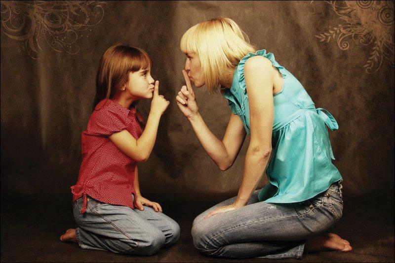 У всех семей есть секреты: от невинных до глубоко зловещих. Социологи рассказали, когда тайна может быть удушающей, а когда может спасти жизни