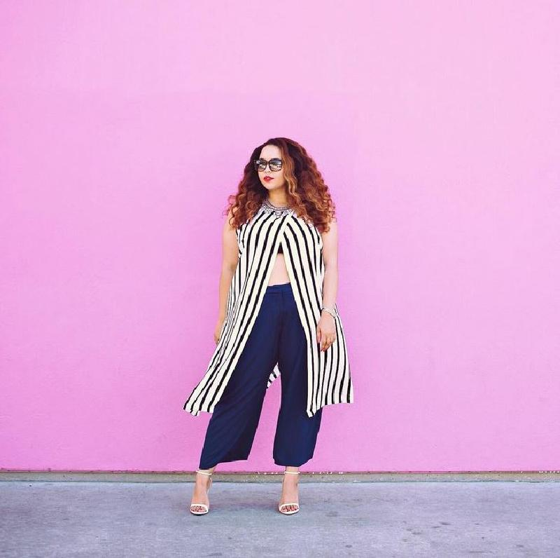 Трюки, которые помогут спрятать под одеждой бока и живот: вертикальные полосы, свободный крой и другие