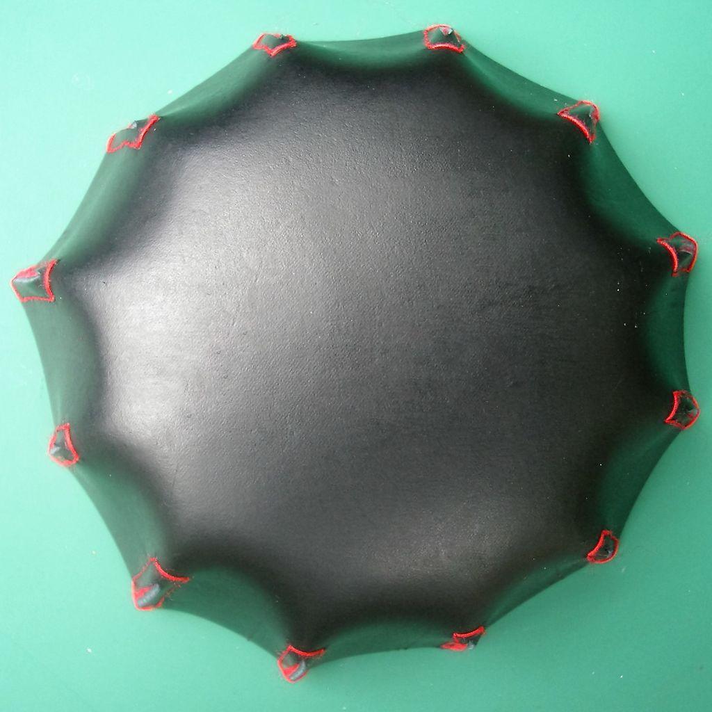Для хранения всяких мелочей отлично подходят различные корзиночки и вазочки: такие легко можно сделать из натуральной кожи и фетра