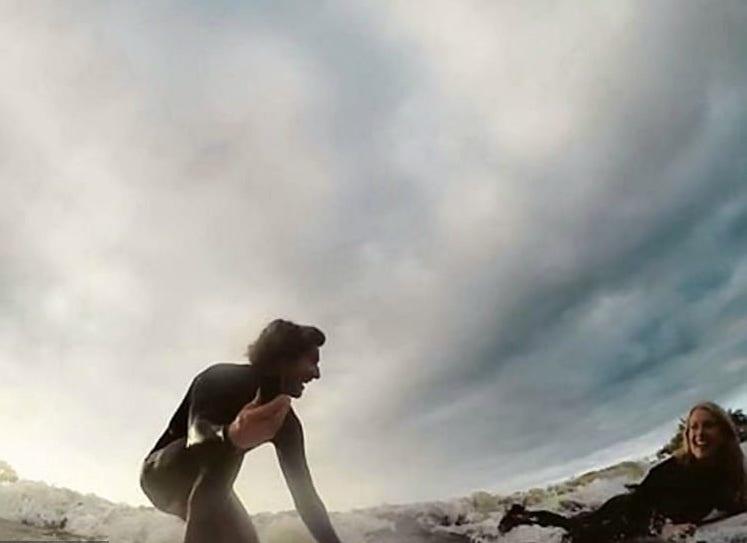 Серфингист сделал предложение своей девушке прямо на волне, но уронил кольцо в океан