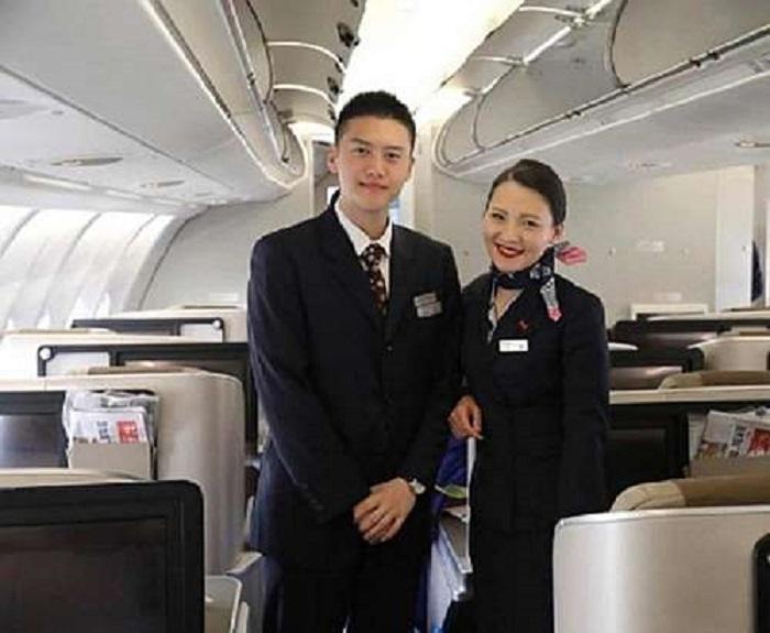 Мальчик сфотографировался в самолете со стюардессой: спустя 15 лет он снова встретил ее, теперь на работе