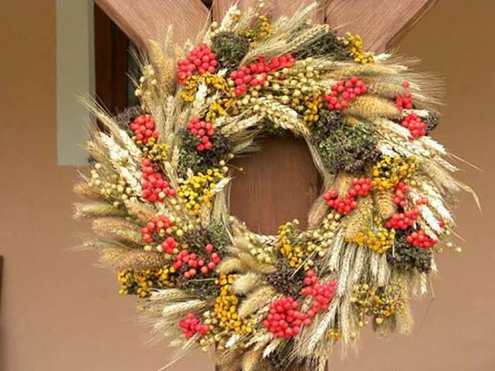 Женщина несла домой колоски пшеницы, солому, листья, а соседи лишь подсмеивались над ней. Но когда увидели, что она из них делает, - позавидовали