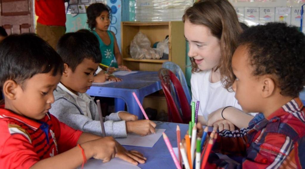Джоан Роулинг призывает студентов прекратить волонтерство в детских домах
