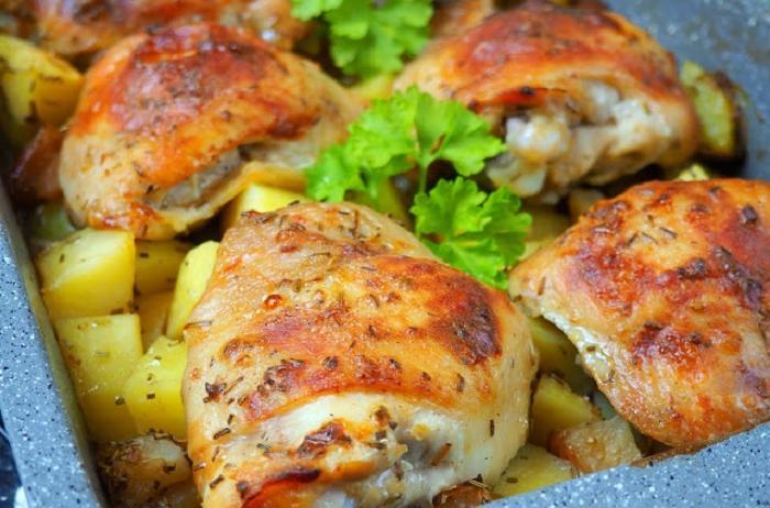 Простое блюдо из куриных ножек. Главное в нем – маринад из греческого йогурта и сливочного масла