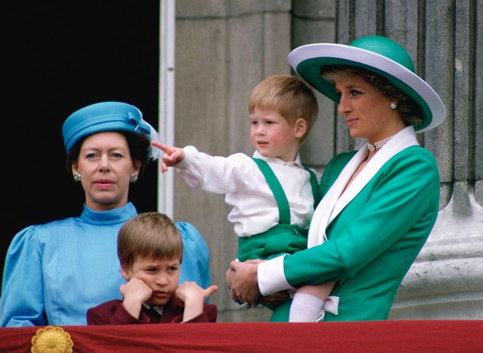 Принцесса Маргарет - младшая сестра королевы Елизаветы II с особым стилем в одежде: какой она запомнилась миру (фото)