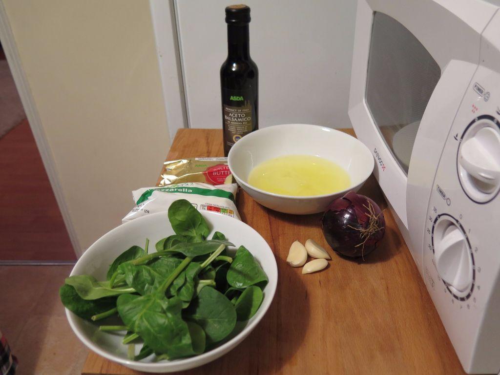 Полезный и сытный завтрак: рецепт белкового омлета со шпинатом и красным луком