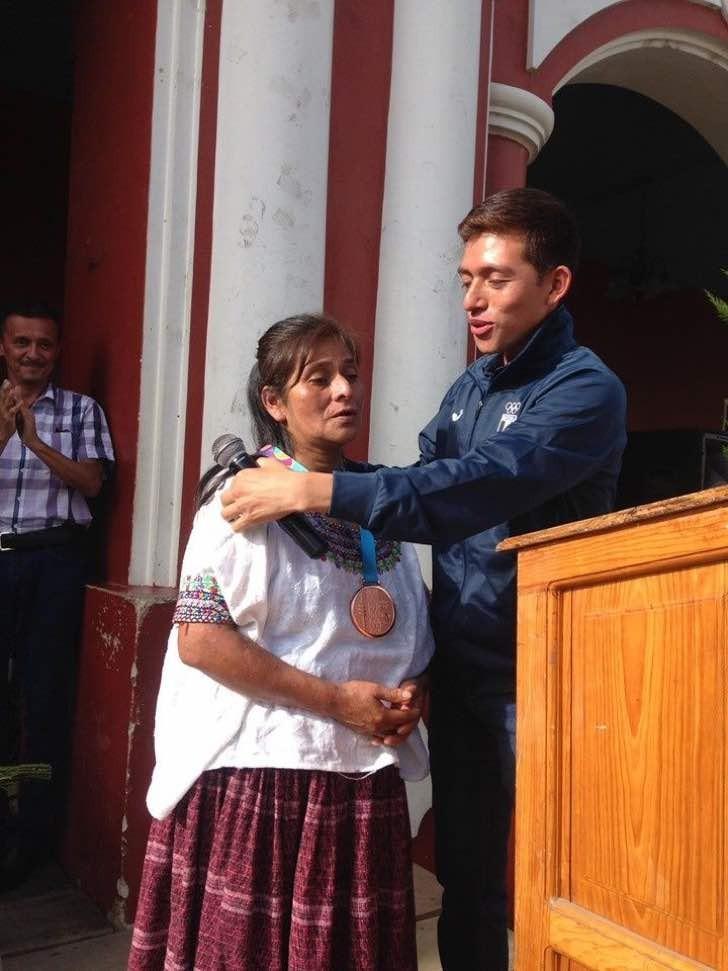 Спортсмен отдал завоеванную медаль матери, произнеся речь, которая тронула всех присутствующих на церемонии награждения