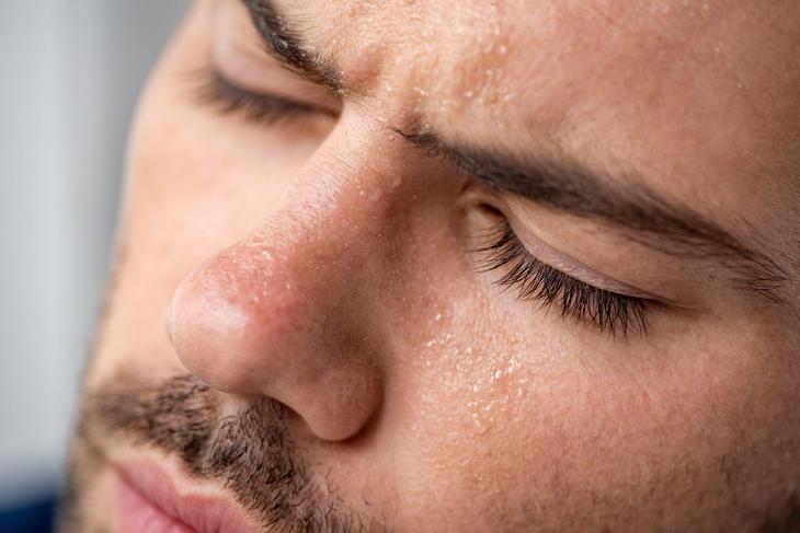 Стоит ли провоцировать потоотделение во время лихорадки или простуды? Исследование, которое ввело десятки тысяч людей в заблуждение