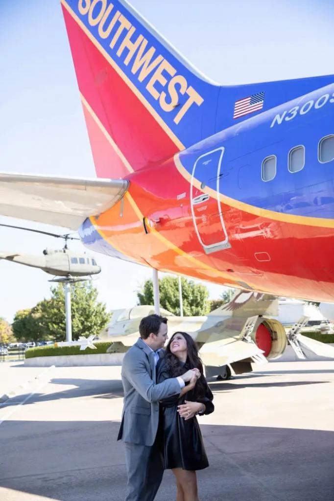 Влюбленные решили обручиться в самолете, благодаря которому они познакомились. Авиакомпания была рада их поздравить