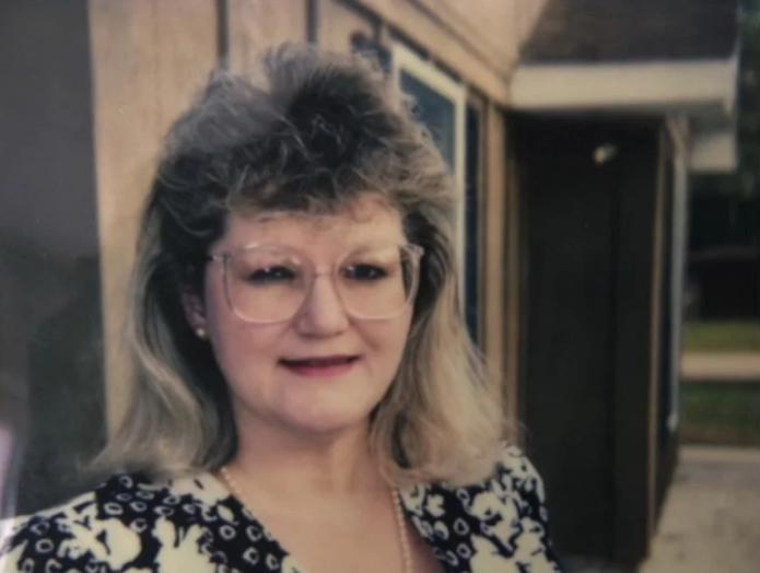 Муж запрещал жене краситься и менять причёску. Как она изменилась, когда его не стало