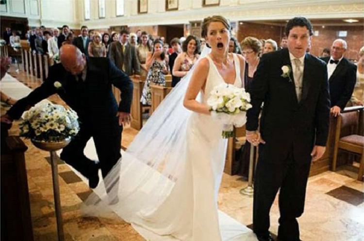 Все подружки в одинаковых нарядах. Неловкие свадебные фото, которые вызывают улыбку
