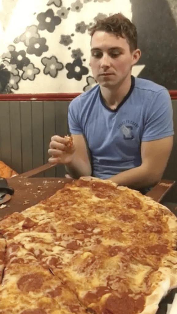 Хозяин ресторана готов заплатить 500 евро тому, кто съест пиццу. Журналист решил испытать свои силы