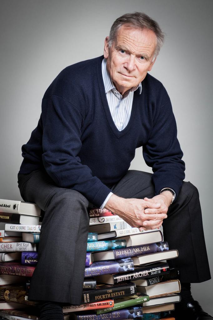 Культовый британский автор Джеффри Арчер использует песочные часы, чтобы повысить свою производительность