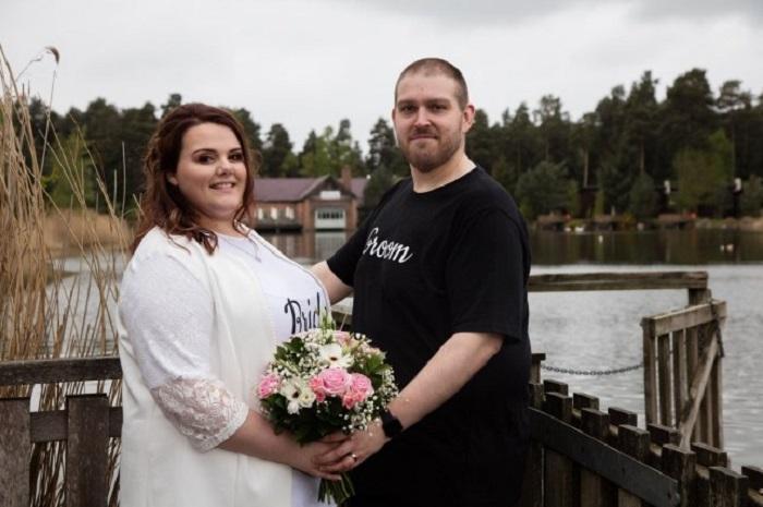 Молодая пара решила пожениться в джинсах и футболках, чтобы показать, что свадьбы необязательно должны быть дорогими