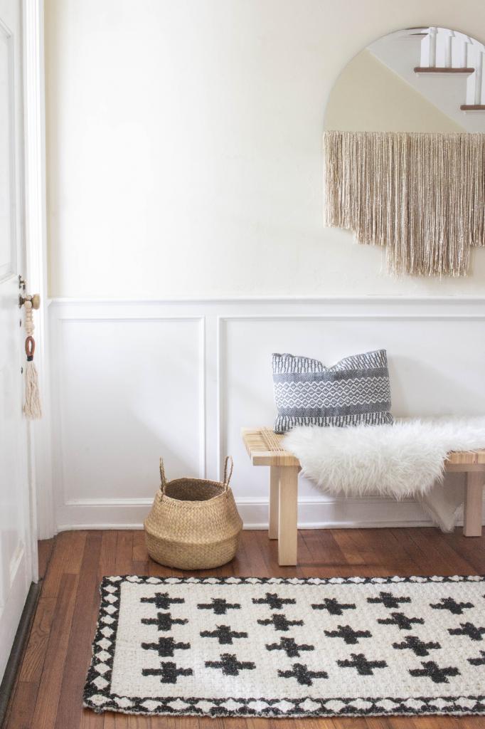 Краски и немного фантазии: как превратить скучный белый коврик в красивый элемент декора