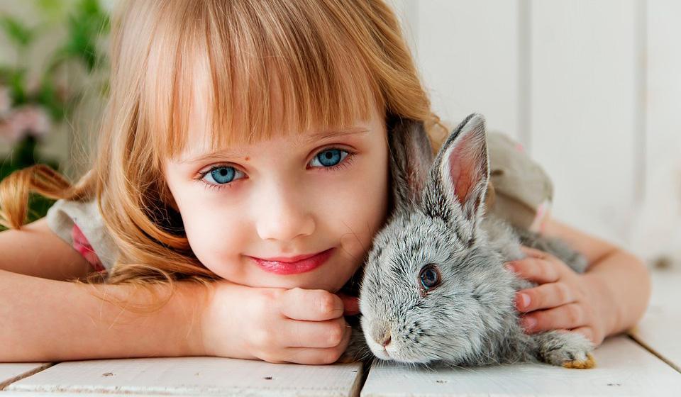 Усатый нянь: психологи считают, что животные делают большой вклад в воспитание детей