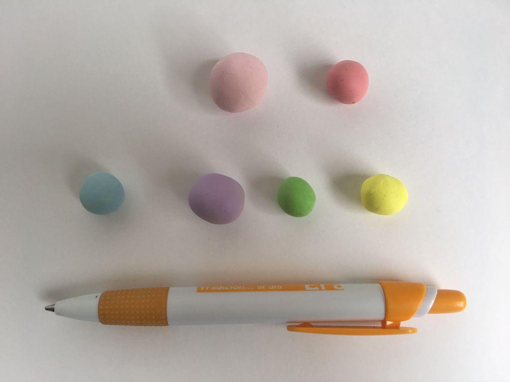 Из полимерной глины можно сделать много простых, но очень милых и полезных вещей: например, подставку для телефона в виде единорога