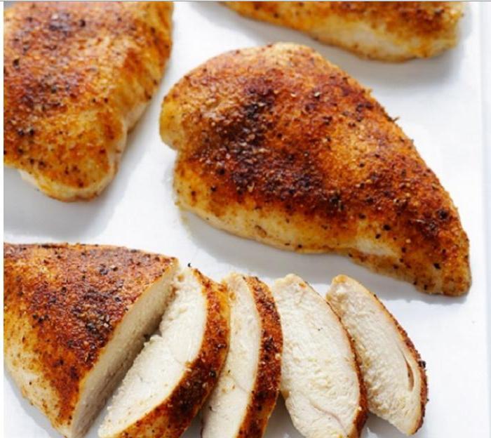 Раньше я не любила куриную грудку за ее сухость: подруга-повар рассказала, как сделать ее сочной и нежной. Теперь готовлю только по этому рецепту