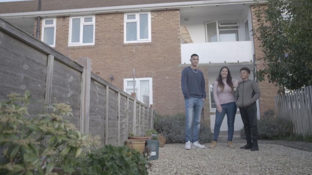Богатая наследница пришла в гости к женщине, выживающей с двумя детьми на 50 £ в неделю. После визита у девушек завязалась дружба