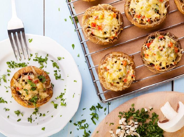 На праздничный стол всегда готовлю фаршированные грибочки. Гости просят поделиться рецептом