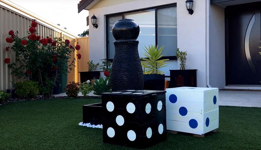 На вид простой ящик из досок, а на деле креативный табурет в виде большого игрального кубика
