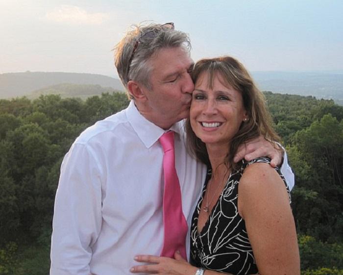 Много лет Джули и Джон жили на одной улице, но не знали друг друга. Все изменилось, когда они оба посетили сайт знакомств