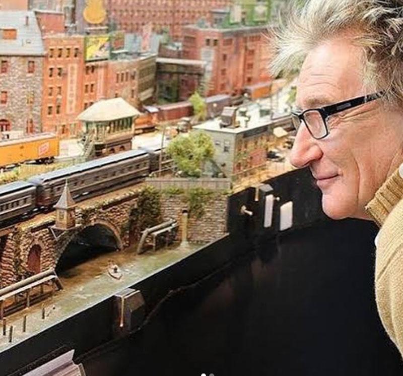 Мир узнал, чем на самом деле занимался Род Стюарт все эти годы – он собирал железную дорогу, которую, наконец, показал