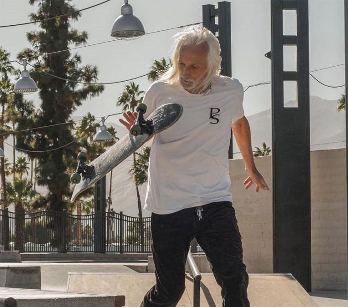 62-летний Нил восстал против возрастных норм: он гоняет на скейтборде и не собирается стареть