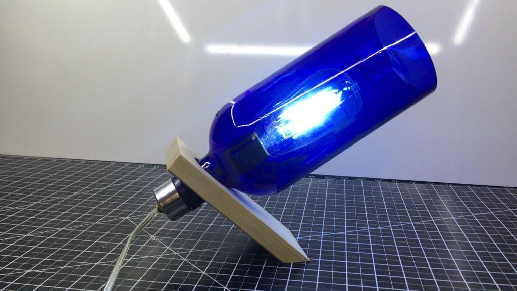 Все дело в балансе: как сделать светильник из цветной стеклянной бутылки и обычной деревяшки