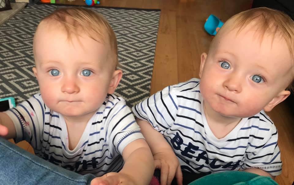 Мать показала близнецов, обнимающихся через бортики кроваток. Это так мило!