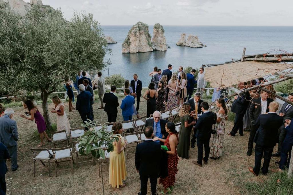 Венчались на холме, а после банкета пошли плясать в пещеру: молодожены устроили свадьбу в традициях Старой Италии